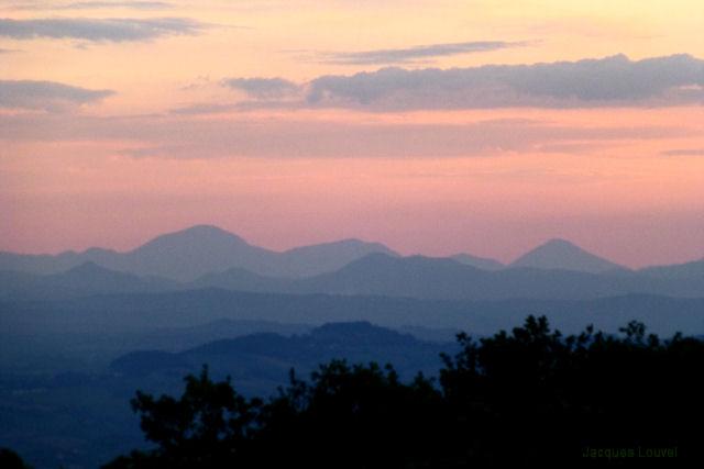 Montagnes des Marches depuis Monte Conero en Italie