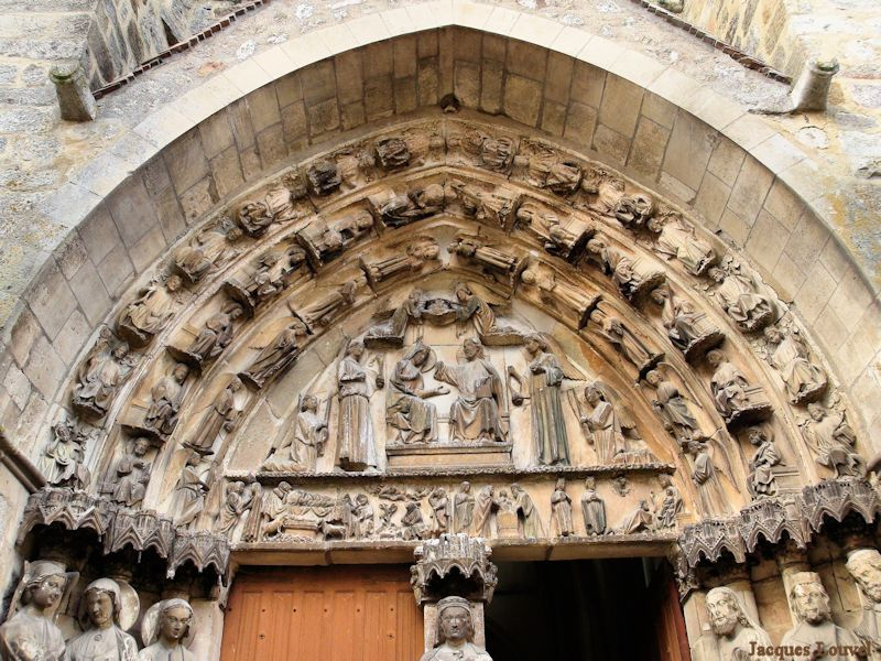 Eglise de Villeneuve l'Archevêque en Bourgogne : portail et tympan