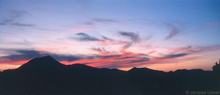 Panorama de la chaîne des puys le soir