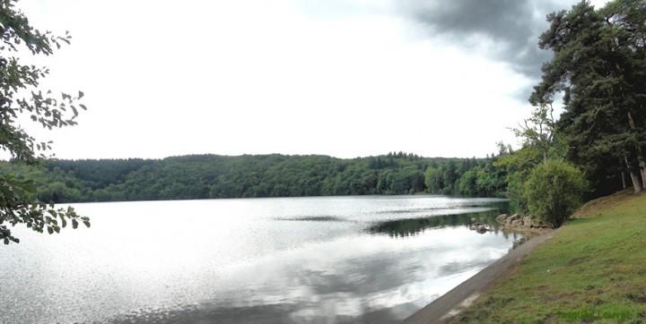 Chaîne des Puys : le Gour de Tazenat vu de la berge du lac
