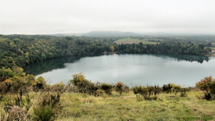 Chaîne des Puys : le Gour de Tazenat, lac de cratère