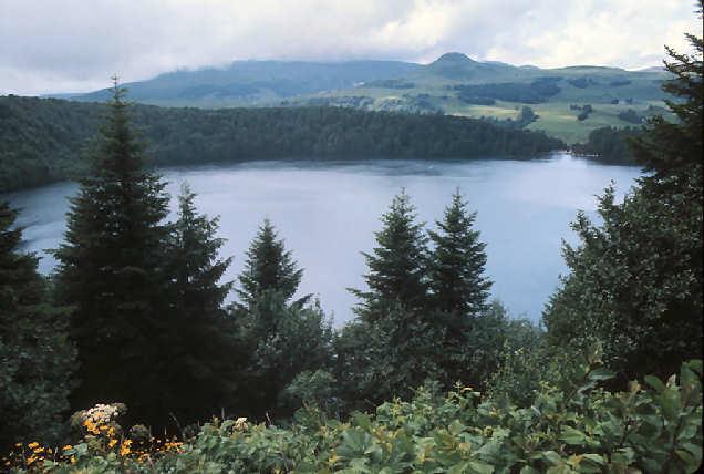 Le lac Pavin, cratère de volcan