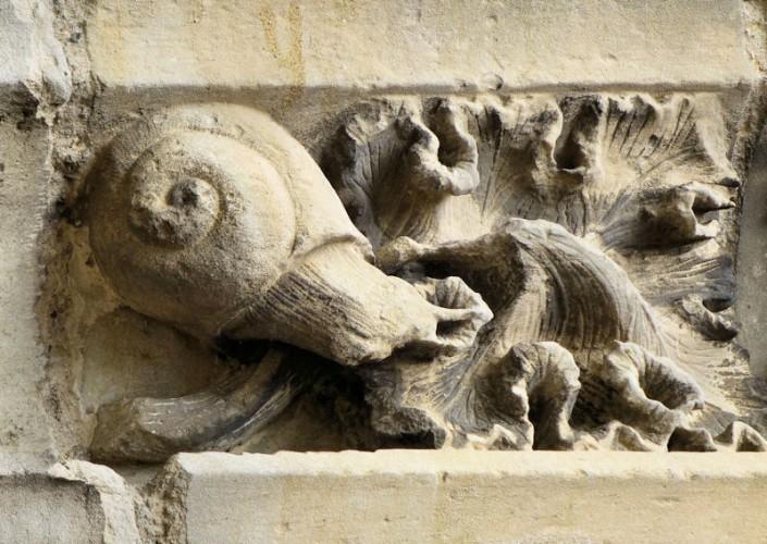 Sculpture du porche de l'église de Moret