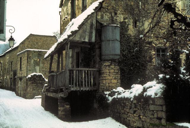 Carennac (Lot) : rue du Médéric en hiver 1971