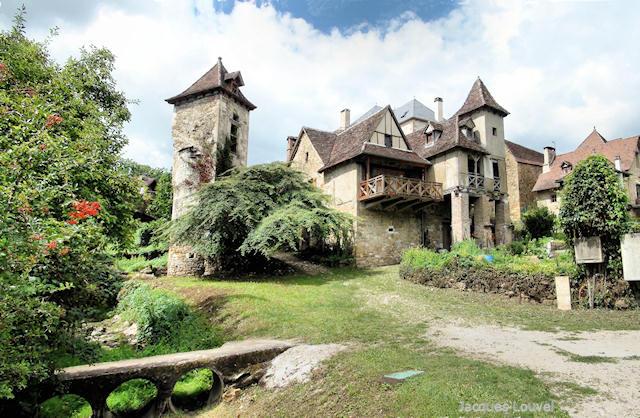 Carennac (Lot) : la tour vue de la berge de la Dordogne