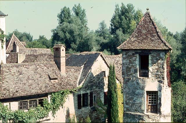 Carennac (Lot) : la tour vue du petit pont