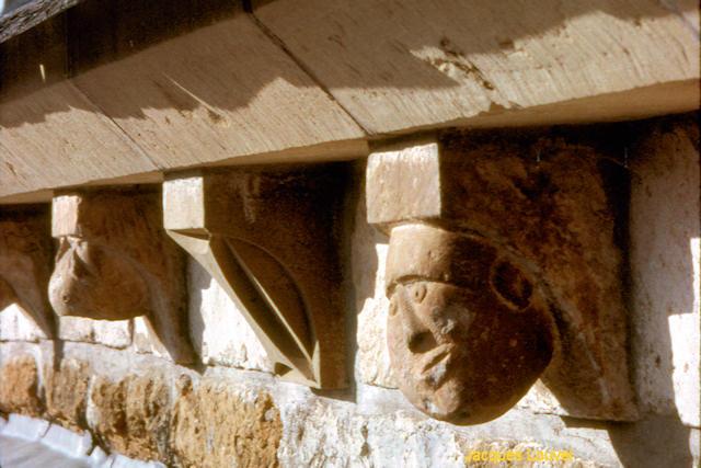 Carennac (Lot) : les modillons du toit de l'église St-Pierre
