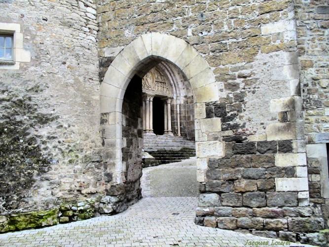 Carennac (Lot) : porche d'entrée  du prieuré