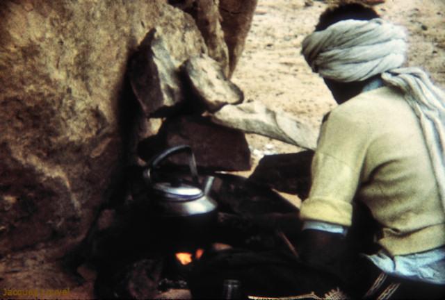 Tassili n'Ajjer : bivouac - préparation du thé